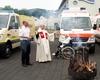 Präses Dr. Herbert Breuer segnet das neue Einsatzfahrzeug und die Menschen, denen es dient. Foto: G. Raths/ Malteser Bad Honnef