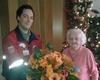 Sascha Windheuser, Leiter des Hausnotrufs in Solingen überreicht Hausnotruf-Teilnehmerin Elisabeth Gaedecke zu ihren 101. Geburtstag einem Blumenstrauß. Foto: Malteser Solingen.