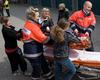 Girls´Day 2010. Schülerinnen lernen die Arbeit im Rettungsdienst kennen. Hier heben sie zusammen mit Malteserhelfern eine Verletzte auf die Trage. Foto André Bung, Malteser Euskirchen.