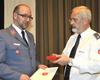 Diözesanleiter Graf von Plettenberg (rechts) überreicht die Malteser Plakette. Foto Klaus Schiebel/Malteser Hilfsdienst.