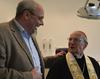 Der Kölner Erzbischof läßt sich auf dem Zahnarztstuhl der Malteser Migranten Medizin vom neuen ehrenamtlichen Zahnarzt Dr. Beckers die Zahnbehandlung erklären. Foto: E. Keller (Malteser Köln)