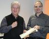 Klaus Jakubaschk (links) erhält von Friedhelm Vater das Dienstalterkennzeichen für sein 50-jähriges ehrenamtliches Engagement bei den Maltesern in Langenfeld. Foto: Malteser Langenfeld