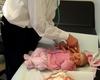 Dr. Franz-Josef Schuy mit einer kleinen Patientin der Kindersprechstunde. Foto: Peter Rakoczy (Kölner Stadt Anzeiger)