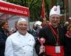 Der Kardinal mit Malteser Küchenchef Günter Schmitz nach der Kölner Fronleichnamsprozession bei der Überreichung der Ehrenkochmütze und Kelle. Foto: Malteser Köln