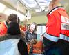 Jennifer Nork und Lehrrettungsassistent Henning Hesse erläutern den Mädchen die möglichen Aufgaben in einem Rettungswagen. Text und Foto: André