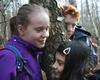 Gruppenausflutag ins Freilichtmuseum Kommern: Drei Gruppenkinder horchen dem Wasserfluss in der Buche. Foto: DGS Köln