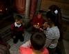 """Vor wenigen Tagen entzündeten Kinder, die in der Malteser Geburtsklinik das Licht der Welt erblickten, in der Geburtsgrotte Jesu in Bethlehem ein Licht. Dieses """"Licht von Bethlehem"""" übergaben sie an die deutschen Malteser, die die kleine Flamme auf dem Luft- und Landweg in einer Grubenlampe ins Closseum Theater nach Essen brachten."""