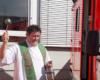 Pfarrer Peter Berg segnet die neuen Fahrzeuge der Malteser aus Bad Münstereifel und Euskirchen. Foto: André Bung, Malteser Euskirchen