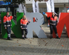 NRW-Tag in Siegen: Zwei Helferinnen und ein Helfer aus der Gliederung Langenfeld positionieren sich vor den menschengroßen Buchstaben NRWs. Foto: Malteser Langefeld.
