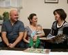 Freuen sich über den Neugeborenen-Besuchsdienst von Malteser und Stadt Hennef: Familie Romanjuk mit ihrem Baby Neo und Leiterin Anette Vogel. Foto: M. Scheffler (Malteser Hennef)