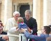 Während der Mittwochs-Audienz bei der Malteser Romwallfahrt 2012 kam niemand der Pilger Benedikt XVI. so nah, wie der kleine Tobias von Fürstenberg. Foto: Malteser.