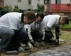 Mitarbeiter der Commerzbank pflegten das Gelände der KiTa St. Maria vom Frieden und legten ein neues Gartenbeet an. Foto: DGS Köln