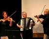 """Das Bild zeigt die Folkloregruppe """"Slavonics"""", die bei der Jubiläumsfeier für die musikalische Untermalung sorgte."""