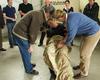 Die Erste Hilfe Kurs Teilnehmer der Jägerschaft bei der praktischen Übung an einem Verletztendarsteller. Foto: Malteser Bad Honnef.