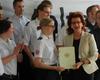 Regierungspräsidentin Gisela Walsken übereicht die Dankurkunden an die Helferinnen und Helfer. Foto: Louisa Munko (MHD)