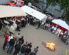 Rund um das Johannesfeuer gratulieren die Malteserhelferinnen und -helfer nebst Gästen dem Team des Kölner Wohlfühlmorgens zum Jubiläum. Foto: DGS Köln
