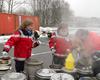 Deutsche und polnische Malteser kochen gemeinsam 12.000 Liter Tee für die Taize Teilnehmer in Rotterdam. Foto: Malteser Köln.