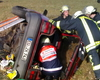 Die Helfer üben die Rettung aus dem Auto. Foto: Malteser Bad Münstereifel