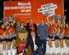 V.l.n.r.: Daniel Linzbauer (Bezirksgeschäftsführer Malteser Düsseldorf), Albrecht Prinz von Croy (stv. Diözesanleiter der Malteser Köln), Helmut Rattenhuber (Stadtdirektor der Landeshauptstadt Düsseldorf), Stephan Friedel (Stadtbeauftragter der Malteser Düsseldorf) und vorne neben dem Maskottchen - DÜSSI - der DEG Metro Stars kniend Elmar Schmellenkamp (Geschäftsführer der DEG Eishockey GmbH) umrandet von den - Silver Stars -, den Ice Girls der DEG Metro Stars. Foto: R.Frankenhauser/Frankenhauser Fotografie.