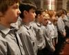 Die Jugendhelfer der Kölner Malteser Jugend warten bei der Dankmesse zum 30. Jubiläum gespannt auf ihre Ernennung. Foto: Harold Steguweit.