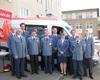 Die Ortsführung der Dormagener Malteser zusammen mit der Diözesanleitung vor dem neuen Rettungswagen. Foto: Malteser Dormagen