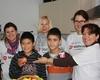 Elisabeth Lorscheid, Gründerin des Kalker Kinder Mittagstisches (vorne rechts) freut sich über die Unterstützung der Mitarbeiterinnen von Credit Suisse im Rahmen des bundesweiten Malteser Social Day. Foto: Ulla Klocke, Malteser Köln.