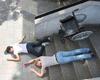 Eine Rollstuhlfahrerin, die samt Betreuerin und Rollstuhl die Treppe herunter stürzt, ist nur eines der verschiedenen Szenarien bei der Schulsanitätsübung in Bergisch Gladbach. Foto: Malteser Bergisch Gladbach