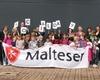 Die Mitarbeiterinnen und Mitarbeiter des Hilton Hotel Düsseldorf und die Schüler der katholischen Grundschule Carl-Sonnenschein (hier vor dem Hilton Hotel) erlebten einen spannenden Social Day. Foto: Malteser Düsseldorf.