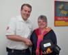 Irmtrud Kill von DHL Solutions nahm den automatisch externen Defibrillator übergeben durch Martin Duske von den Maltesern in Empfang. Foto: André Bung, Malteser Euskirchen