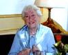 Die zufriedene Hausnotrufkundin Gisela Gort aus Leverkusen hat mit 86 Jahren ihr erstes Buch mit Alltagsgeschichten und mumorvollen Missgeschicken herausgegeben. Foto: Malteser Leverkusen