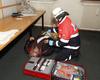 Ein Malteserhelfer bei der sanitätsdienstlichen Versorgung eines Patienten (Verletztendarsteller) während der Großübung in Bonn. Foto: S. Urbanczyk