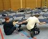 Feldbetten aufbauen kann kräftezehrend sein. Die Kölner Malteser beim Aufbau von 100 Feldbetten für die evakuierten Hotelgäste. Foto: Malteser Köln.